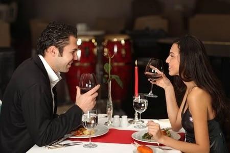 Женщина и мужчина на романтическом ужине