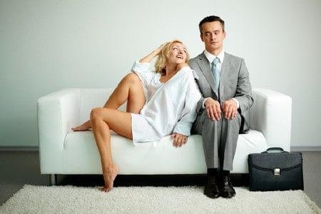 Застенчивый мужчина на диване с женщиной