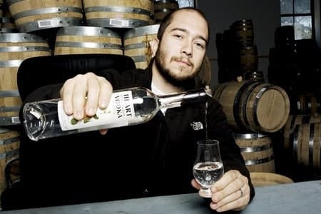 Мужчина наливает водку в стакан