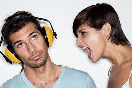 Женщина кричит на мужчину в наушниках