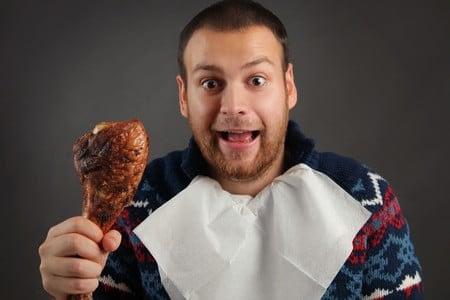 Мужчина держит мясо