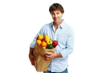 Мужчина с пакетом продуктов