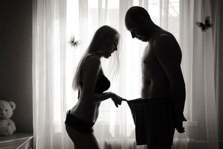 Женщина смотрит мужчине в трусы