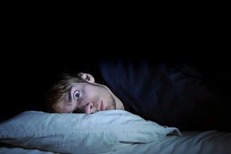 Мужчина в кровати не может уснуть