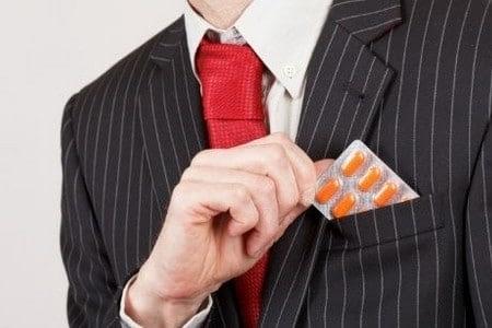 Мужчина с упаковкой таблеток