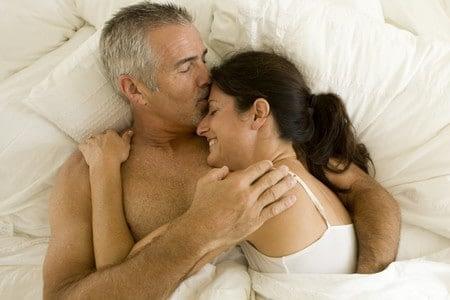 Старик с женщиной в постели