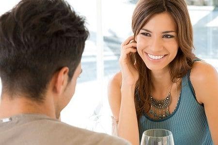 Девушка улыбается и смотрит на мужчину
