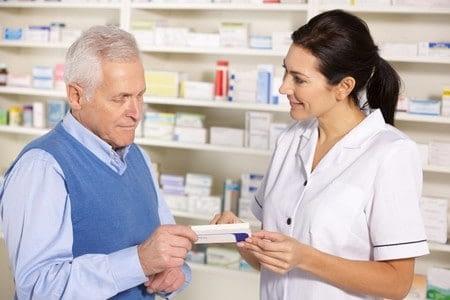 Мужчине в аптеке показывают лекарство