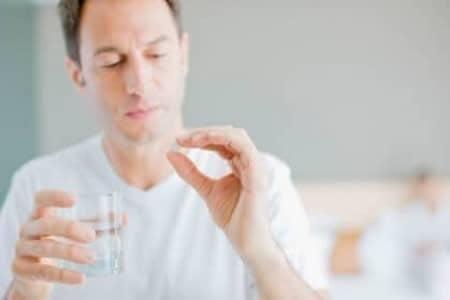 Мужчина принимает препарат