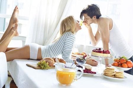Мужчина и девушка на столе