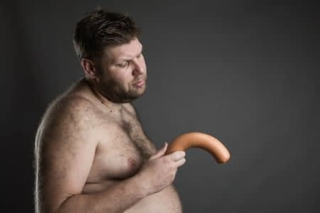 Мужчина с сосиской