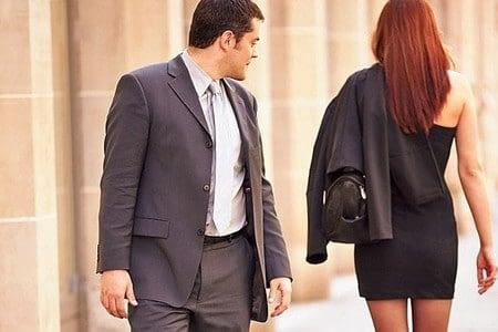 Мужчина оглядывается на женщину