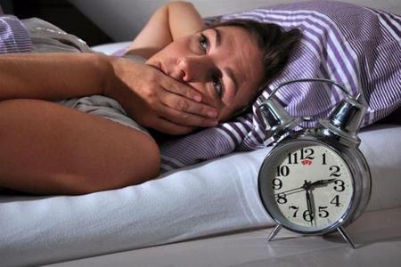 женщина в кровати и часы