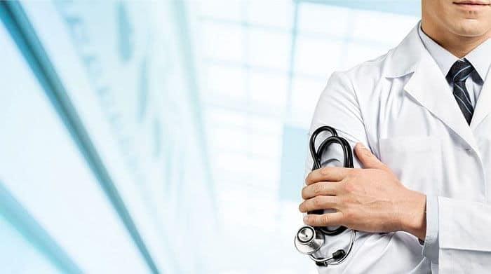 врач с фанендоскопом