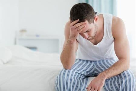 грустный мужчина на кровати