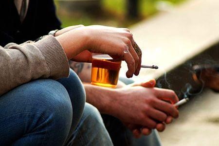 мужчины курят и пьют пиво