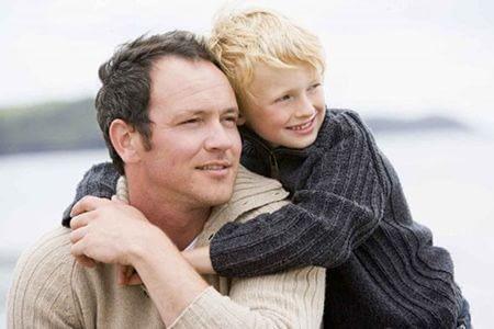 мальчик обнимает отца