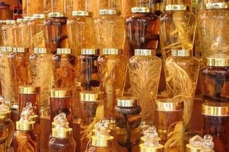 настойки женьшеня в прозрачных бутылках