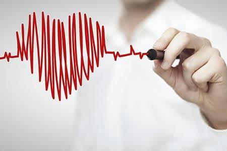 врач рисует сердце